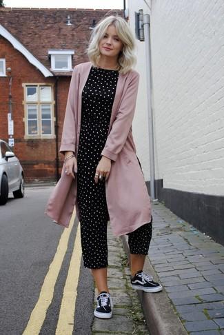 Wie kombinieren: rosa Staubmantel, schwarzer und weißer gepunkteter Jumpsuit, schwarze und weiße Segeltuch niedrige Sneakers