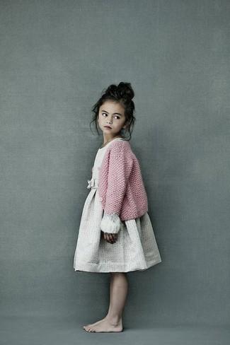 Wie kombinieren: rosa Strick Strickjacke, hellbeige Kleid