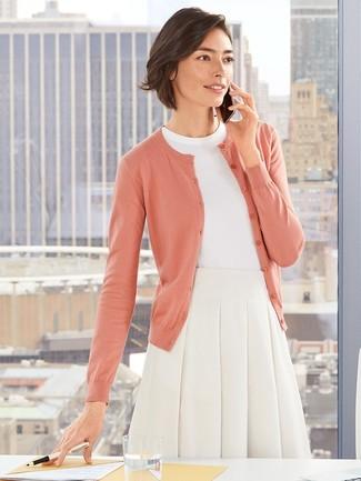 Wie kombinieren: rosa Strickjacke, weißer Kurzarmpullover, weißer ausgestellter Rock