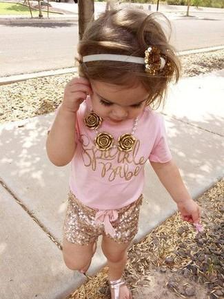 Wie kombinieren: rosa T-shirt, goldene Shorts, goldene Sandalen