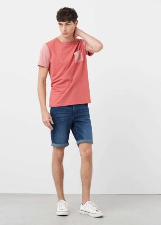 Wie kombinieren: rosa T-Shirt mit einem Rundhalsausschnitt, blaue Jeansshorts, weiße Segeltuch niedrige Sneakers