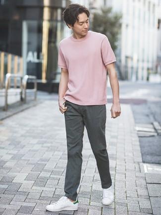 Wie kombinieren: rosa T-Shirt mit einem Rundhalsausschnitt, dunkelgraue Chinohose, weiße Leder niedrige Sneakers