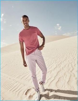 Wie kombinieren: rosa T-Shirt mit einem Rundhalsausschnitt, rosa Chinohose, weiße niedrige Sneakers