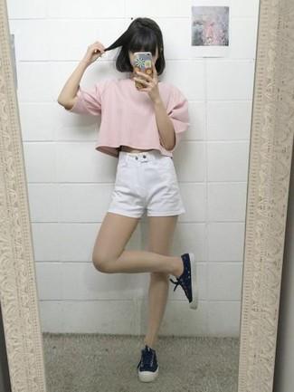 Wie kombinieren: rosa T-Shirt mit einem Rundhalsausschnitt, weiße Jeansshorts, schwarze Segeltuch niedrige Sneakers