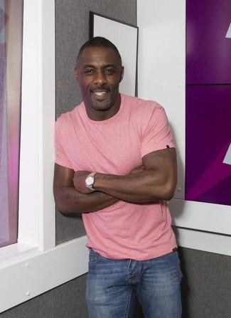 Idris Elba trägt Rosa T-Shirt mit Rundhalsausschnitt, Blaue Jeans, Silberne Uhr