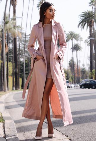 Wie kombinieren: rosa Trenchcoat, rosa figurbetontes Kleid, rosa Leder Pumps