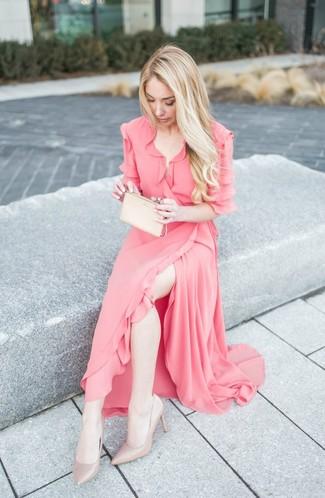 Wie kombinieren: rosa Wickelkleid aus Chiffon mit Rüschen, hellbeige Leder Pumps, hellbeige Leder Clutch