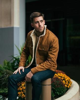 rotbraune Shirtjacke, beige Rollkragenpullover, dunkelblaue Jeans für Herren
