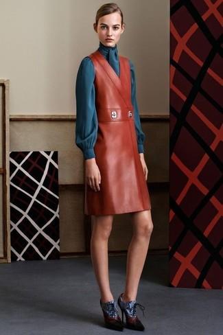Wie kombinieren: rotbrauner Leder Kleiderrock, dunkeltürkise Langarmbluse, blaue Schnürstiefeletten aus Leder
