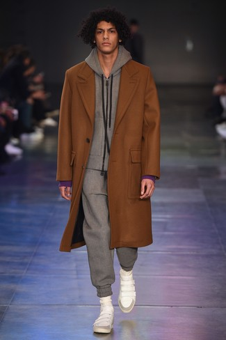 rotbrauner Mantel, grauer Trainingsanzug, weiße hohe Sneakers aus Leder für Herren