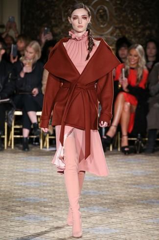 Wie kombinieren: rotbrauner Mantel, rosa Midikleid, rosa Overknee Stiefel aus Wildleder