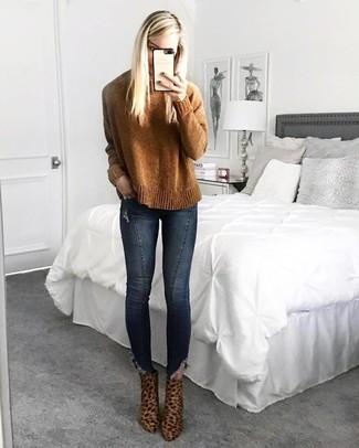 rotbrauner Pullover mit einem Rundhalsausschnitt, dunkelblaue enge Jeans, braune Wildleder Stiefeletten mit Leopardenmuster für Damen