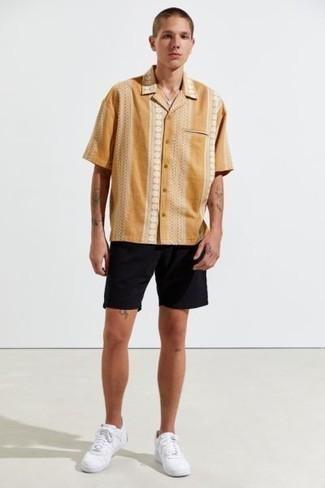 Shorts kombinieren – 500+ Herren Outfits: Tragen Sie ein rotbraunes bedrucktes Kurzarmhemd und Shorts für ein sonntägliches Mittagessen mit Freunden. Weiße Leder niedrige Sneakers sind eine perfekte Wahl, um dieses Outfit zu vervollständigen.