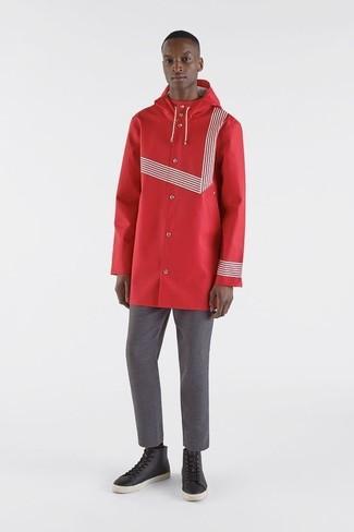 Wie kombinieren: rote Regenjacke, graue Chinohose, schwarze hohe Sneakers aus Leder