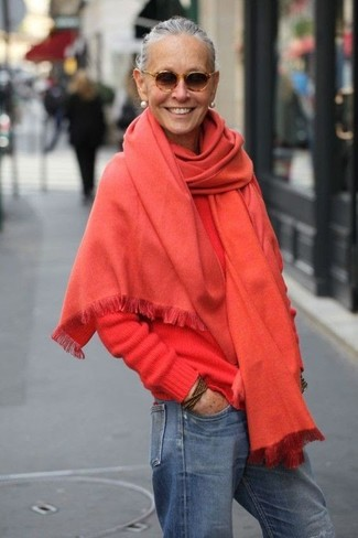 Wie kombinieren: rote Stola, roter Pullover mit einem Rundhalsausschnitt, blaue Boyfriend Jeans