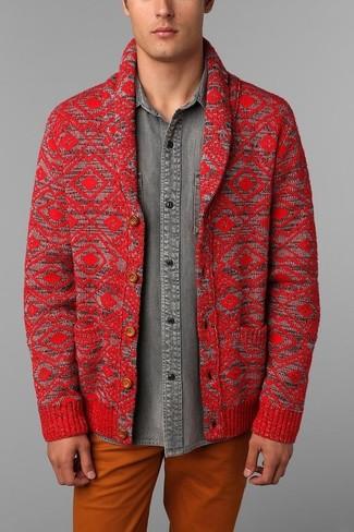 Wie kombinieren: rote Strickjacke mit einem Schalkragen, graues Jeanshemd, orange Chinohose