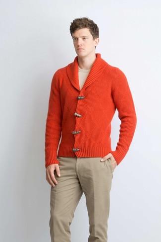 Wie kombinieren: rote Strickjacke mit einem Schalkragen, hellbeige Pullover mit einem Rundhalsausschnitt, beige Chinohose