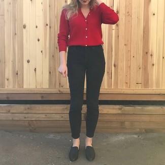 Wie kombinieren: rote Strickjacke, schwarze enge Jeans, schwarze Leder Slipper