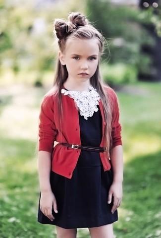 Wie kombinieren: rote Strickjacke, schwarzes Kleid