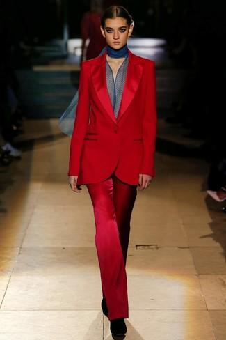 Wie kombinieren: roter Anzug, dunkelblaue Chiffon Langarmbluse, schwarze Wildleder Stiefeletten
