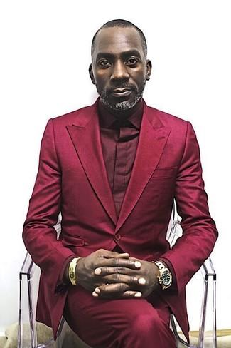 roter Anzug, dunkelrotes Businesshemd, goldene Uhr für Herren