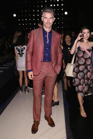 Braune Doppelmonks aus Leder kombinieren: trends 2020: Kombinieren Sie einen roten Anzug mit einem violetten Businesshemd für einen stilvollen, eleganten Look. Suchen Sie nach leichtem Schuhwerk? Vervollständigen Sie Ihr Outfit mit braunen Doppelmonks aus Leder für den Tag.