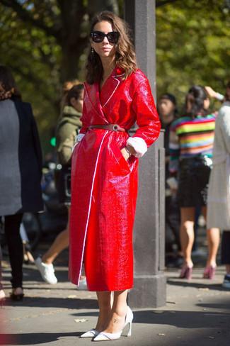 roter Ledermantel, weiße Leder Pumps, brauner Leder Taillengürtel für Damen