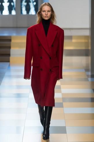roter Mantel, schwarzer Rollkragenpullover, schwarze kniehohe Stiefel aus Leder für Damen
