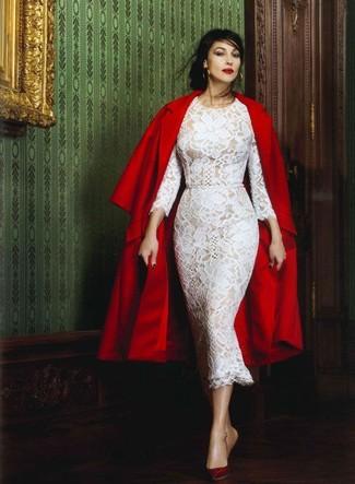 40 Jährige: Outfits Damen 2020: Wenn Sie ein raffiniertes, aber dennoch entspanntes Outfit zaubern müssen, macht die Kombi aus einem roten Mantel und einem weißen Midikleid aus Spitze Sinn. Vervollständigen Sie Ihr Look mit dunkelroten leder pumps.