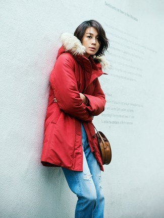 Wie kombinieren: roter Parka, blaue Boyfriend Jeans mit Destroyed-Effekten, braune Leder Umhängetasche