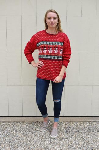 Wie kombinieren: roter Pullover mit einem Rundhalsausschnitt mit Fair Isle-Muster, dunkelblaue enge Jeans mit Destroyed-Effekten, graue Slip-On Sneakers aus Leder