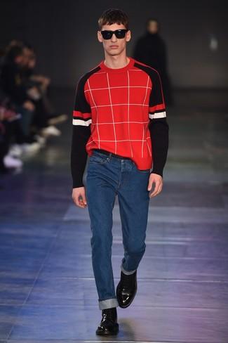 roter Pullover mit einem Rundhalsausschnitt mit Karomuster, blaue Jeans, schwarze Lederfreizeitstiefel für Herren