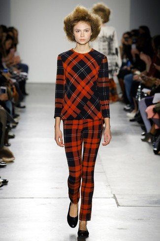roter Pullover mit einem Rundhalsausschnitt mit Schottenmuster, rote enge Hose mit Schottenmuster, schwarze Leder Ballerinas für Damen