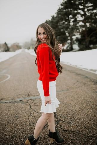 Wie kombinieren: roter Pullover mit einem Rundhalsausschnitt, weißer Bleistiftrock mit Rüschen, schwarze Leder Stiefeletten