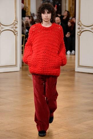 Wie kombinieren: roter Strick Oversize Pullover, dunkelrote weite Hose aus Kord, schwarze Samt Stiefeletten