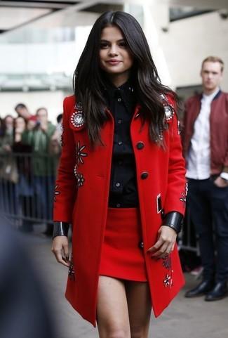 Selena Gomez trägt Roter verzierter Mantel, Schwarzes Businesshemd, Roter Minirock