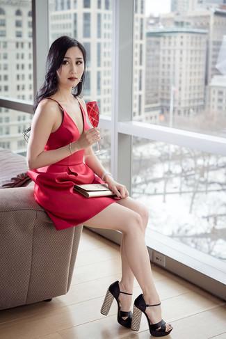 Wie kombinieren: rotes ausgestelltes Kleid aus Satin, schwarze Satin Sandaletten, goldene Leder Clutch