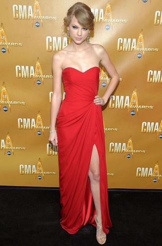 Taylor Swift trägt Rotes Ballkleid, Hellbeige Leder Sandaletten, Silberne Ohrringe