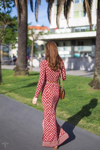Dunkelrotes bedrucktes Maxikleid kombinieren – 6 Damen Outfits: Entscheiden Sie sich für einen schicken entspannten Alltags-Look in einem dunkelroten bedruckten Maxikleid.