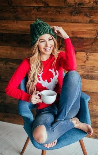Wie kombinieren: rotes bedrucktes Sweatshirt, blaue enge Jeans mit Destroyed-Effekten, grüne Strick Mütze