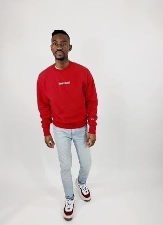 Weiße und rote Leder niedrige Sneakers kombinieren – 500+ Frühling Herren Outfits: Vereinigen Sie ein rotes bedrucktes Sweatshirts mit hellblauen Jeans für ein bequemes Outfit, das außerdem gut zusammen passt. Weiße und rote Leder niedrige Sneakers sind eine gute Wahl, um dieses Outfit zu vervollständigen. Dieser Look ist ideal für den Frühling geeignet.