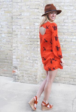 Wie kombinieren: rotes besticktes Folklore Kleid, rotbraune Keilsandaletten aus Leder, brauner Wollhut