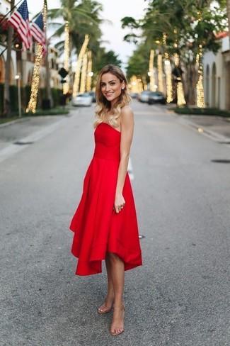 b1d0e99e8b6d7b Wie kombinieren: rotes Cocktailkleid, hellbeige Leder Sandaletten