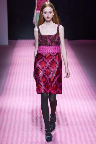 Sie möchten Ihren Casual-Look perfektionieren? Entscheiden Sie sich für ein rotes Etuikleid aus Brokat. Dunkelblaue wildleder pumps sind eine perfekte Wahl, um dieses Outfit zu vervollständigen.