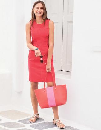 Wie kombinieren: rotes Etuikleid, weiße Leder Zehentrenner, rote Shopper Tasche aus Leder