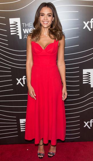 Jessica Alba trägt Rotes Falten Midikleid, Silberne Leder Sandaletten