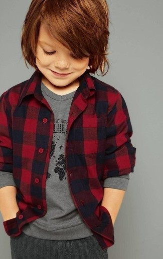 Wie kombinieren: rotes Flanell Langarmhemd, graues Langarmshirt, dunkelgraue Hose