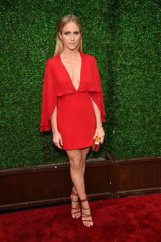 Rotes gerade geschnittenes kleid aus seide rote wildleder sandaletten goldene clutch large 22685