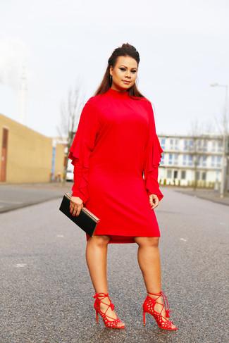 Wie kombinieren: rotes gerade geschnittenes Kleid mit Rüschen, rote Wildleder Sandaletten, schwarze Clutch