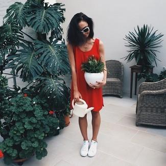 Wie kombinieren: rotes gerade geschnittenes Kleid, weiße niedrige Sneakers, weiße und schwarze Sonnenbrille